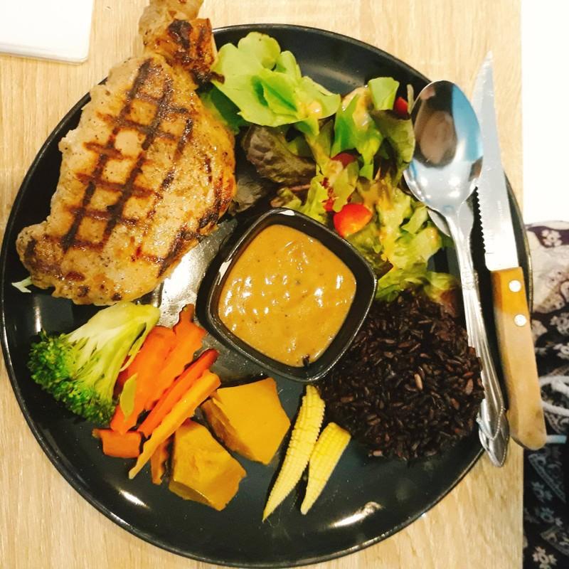 ข้าวไรซ์เบอร์รี่สเต็กหมูลีน พริกไทยดำ ผักรวม