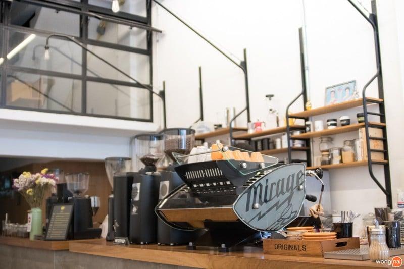 เที่ยวเชียงใหม่ ร้าน Ponganes Coffee Roasters โรงคั่วกาแฟ ที่ปรับเอาบริเวณหน้าร้าน ให้กลายเป็น Showcase สำหรับเข้ามาเลือกดูกาแฟ รูปจาก Wongnai