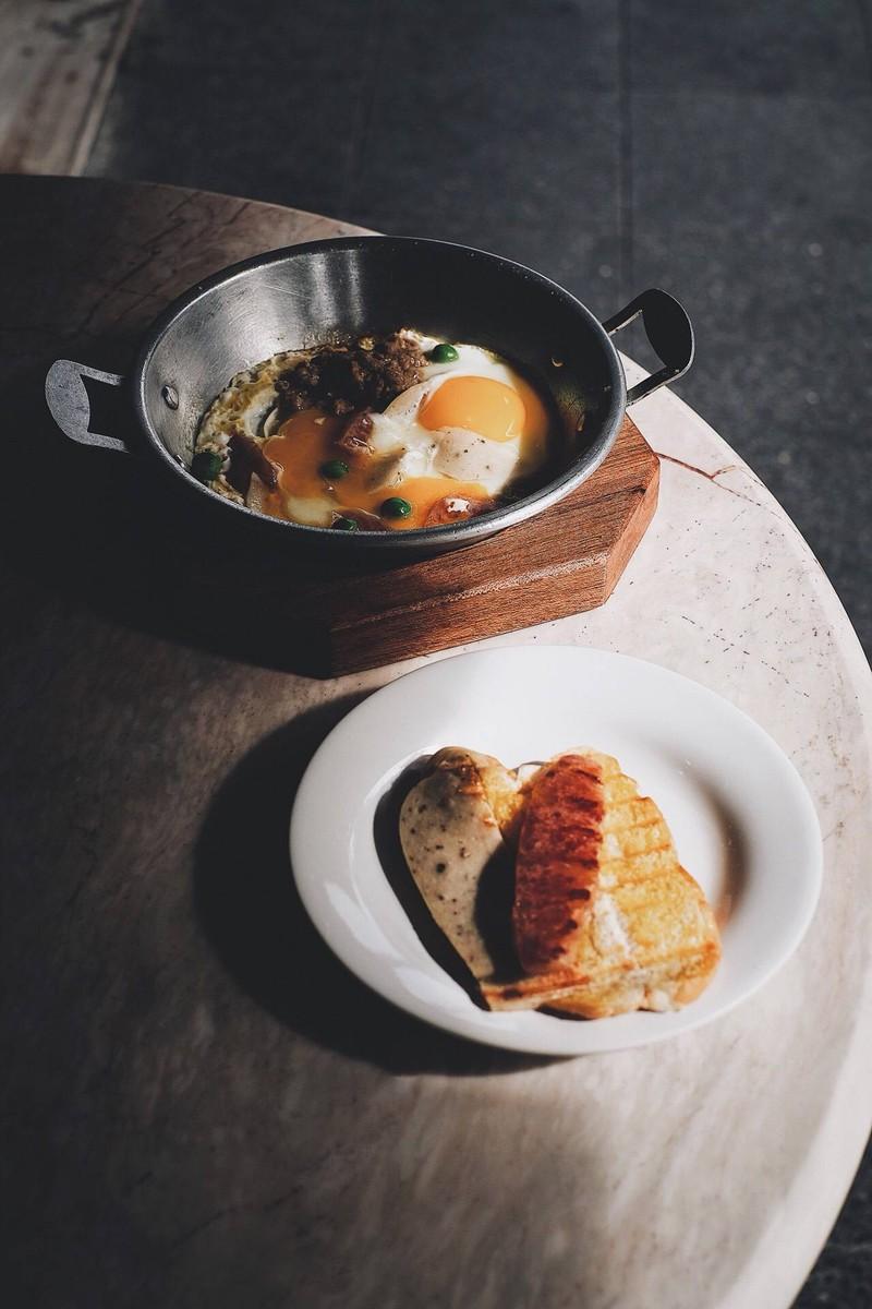 ชุดไข่กระทะกับขนมปัง