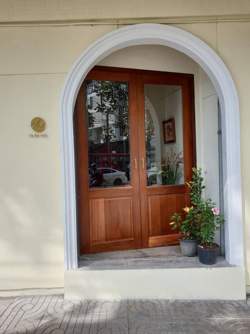 ประตูฝั่งห้องเสื้อ VL BY VEE