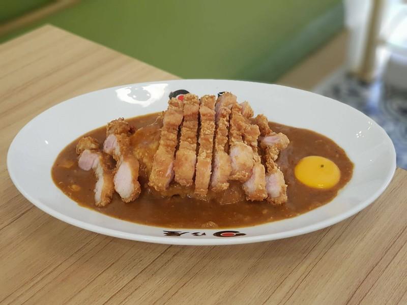 ข้าวแกงกะหรี่(หมู) ไข่ดิบ หมูสามชั้นทอด