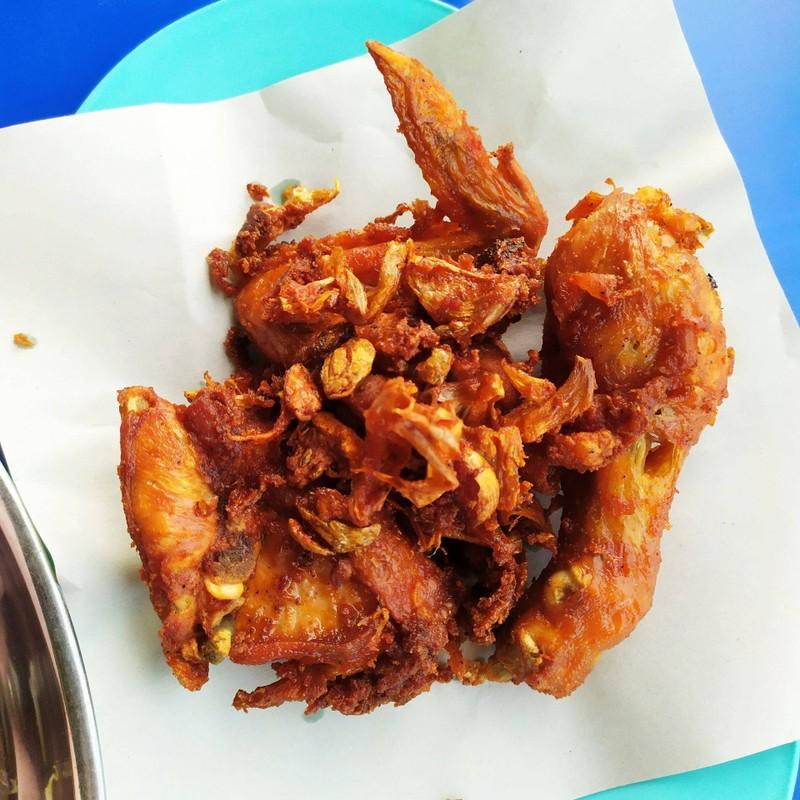 ไก่ทอดร้อนๆ กรอบๆ กินกับขนมจีนเข้ากันมาก แนะนำ