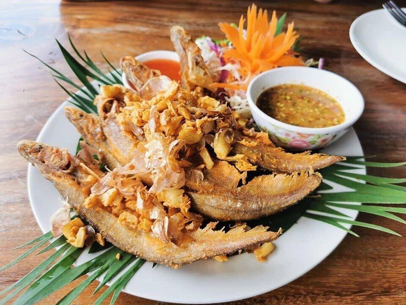 ปลาเนื้ออ่อนทอดกระเทียม