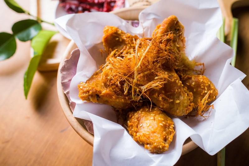 ปีกไก่ตะไคร้ (Deep Fried Chicken Wing with Lemongrass)