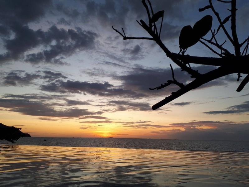 วิวพระอาทิตย์ตก จากสระว่ายน้ำ