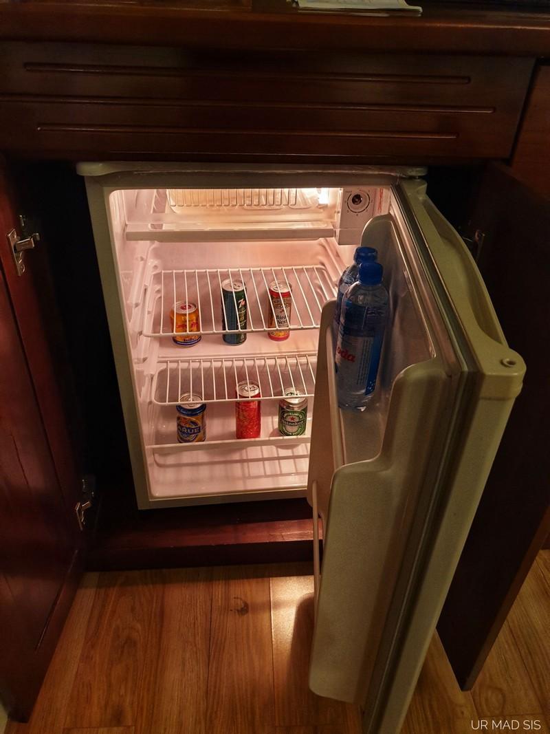 ในตู้เย็นมีน้ำ และด้านนอกมีขนม