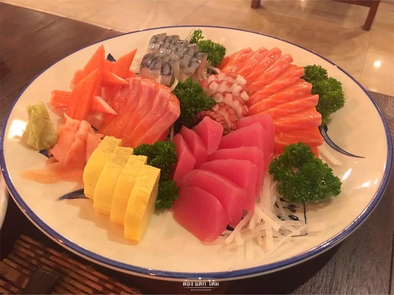 เมนูพวก Sashimi สดครับ ดูสะอาดดี แซลมอลฉ่ำหวานทูน่าให้รสเนื้อทูน่า พวกซาบะ ชอบๆ