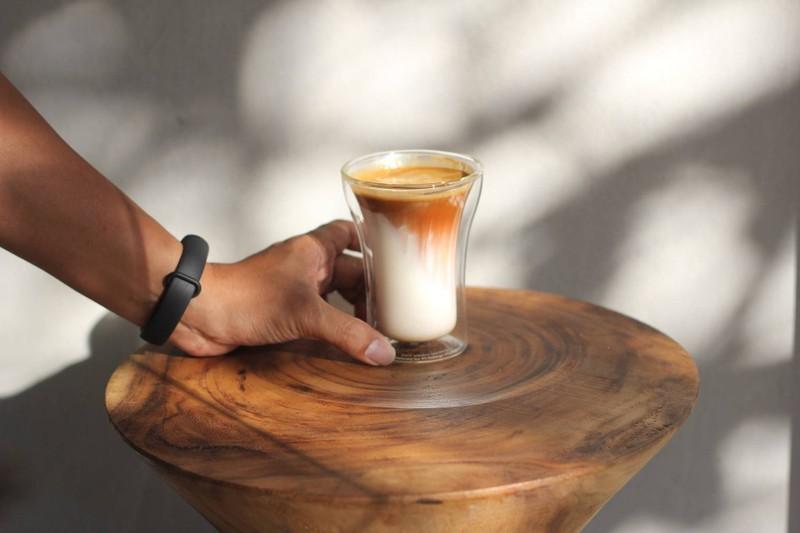 กาแฟนมแบบกึ่งร้อนกึ่งเย็นในแก้วเดียว อร่อยมากตอนดื่มรับรู้ได้ว่ามีเลเยอร์ของกาแฟ