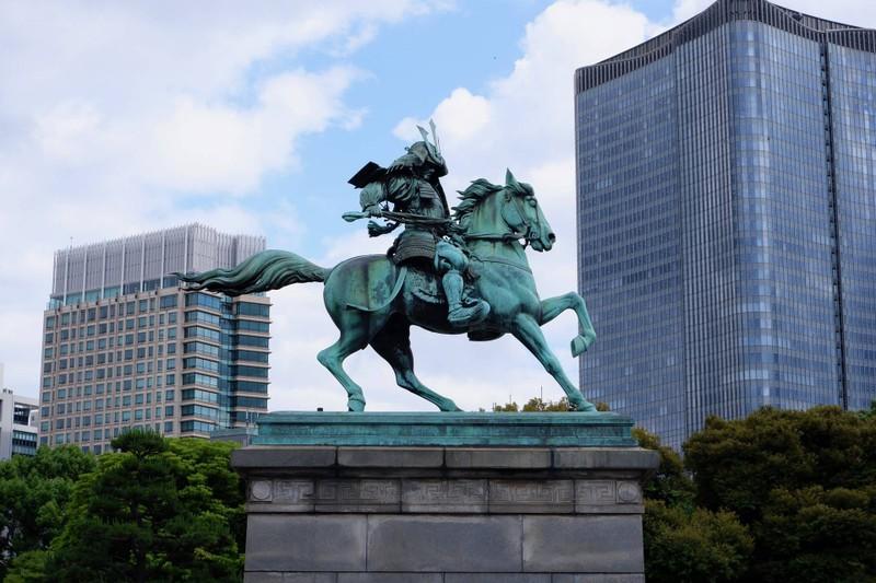 อนุสาวรีย์คูซูโนกิ มาซาชิเงะ (ด้านข้าง)
