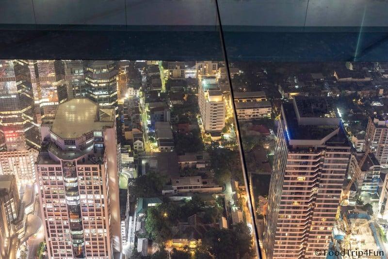มองลงไปจาก glass tray