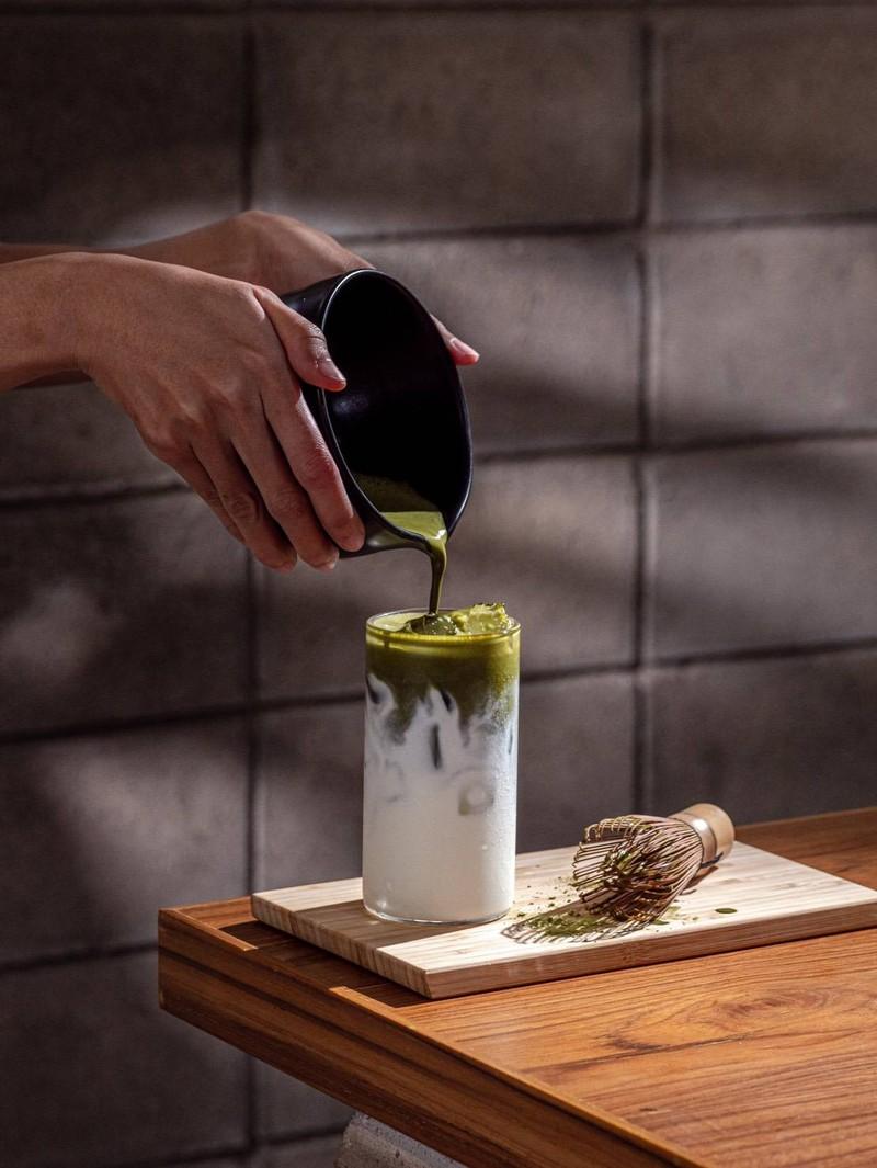 ชาเขียวทีเด็ด ไม่ลองคือพลาดมาก เพราะทุกคนจะเดินกลับมาบอกว่าอร่อยมากที่สุด