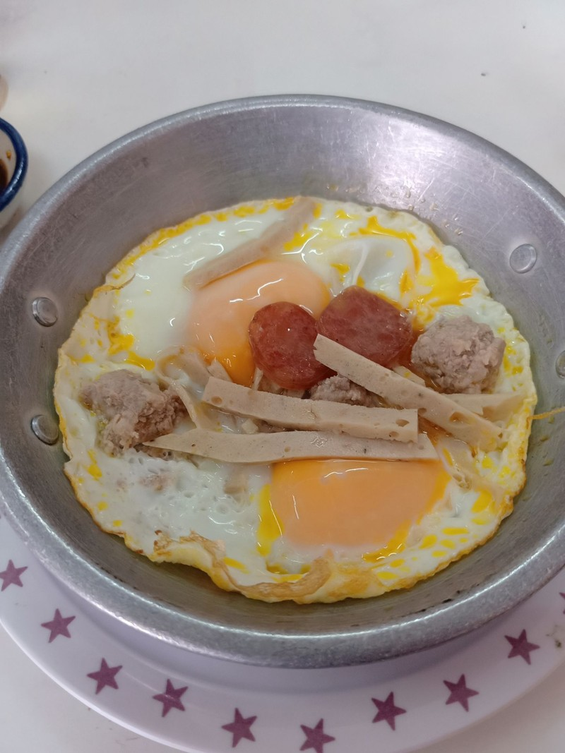 ไข่กระทะ(ไข่สองฟองและเครื่อง)