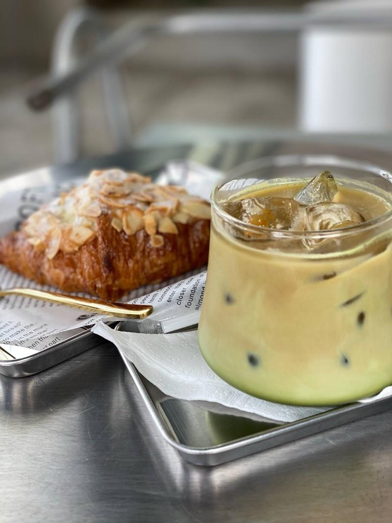 ครัวซองกรอบอร่อย กับกาแฟชาเขียวจำชื่อไม่ได้ ไม่ขมมากหอมกาแฟ