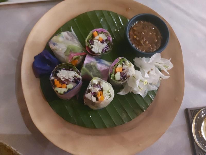 ปอเปี๊ยะสดดอกไม้ปู : น้ำจิ้มอร่อย ตัวปอเปี๊ยะหอมดอกไม้มาก เด็ดจริง ห้ามพลาด