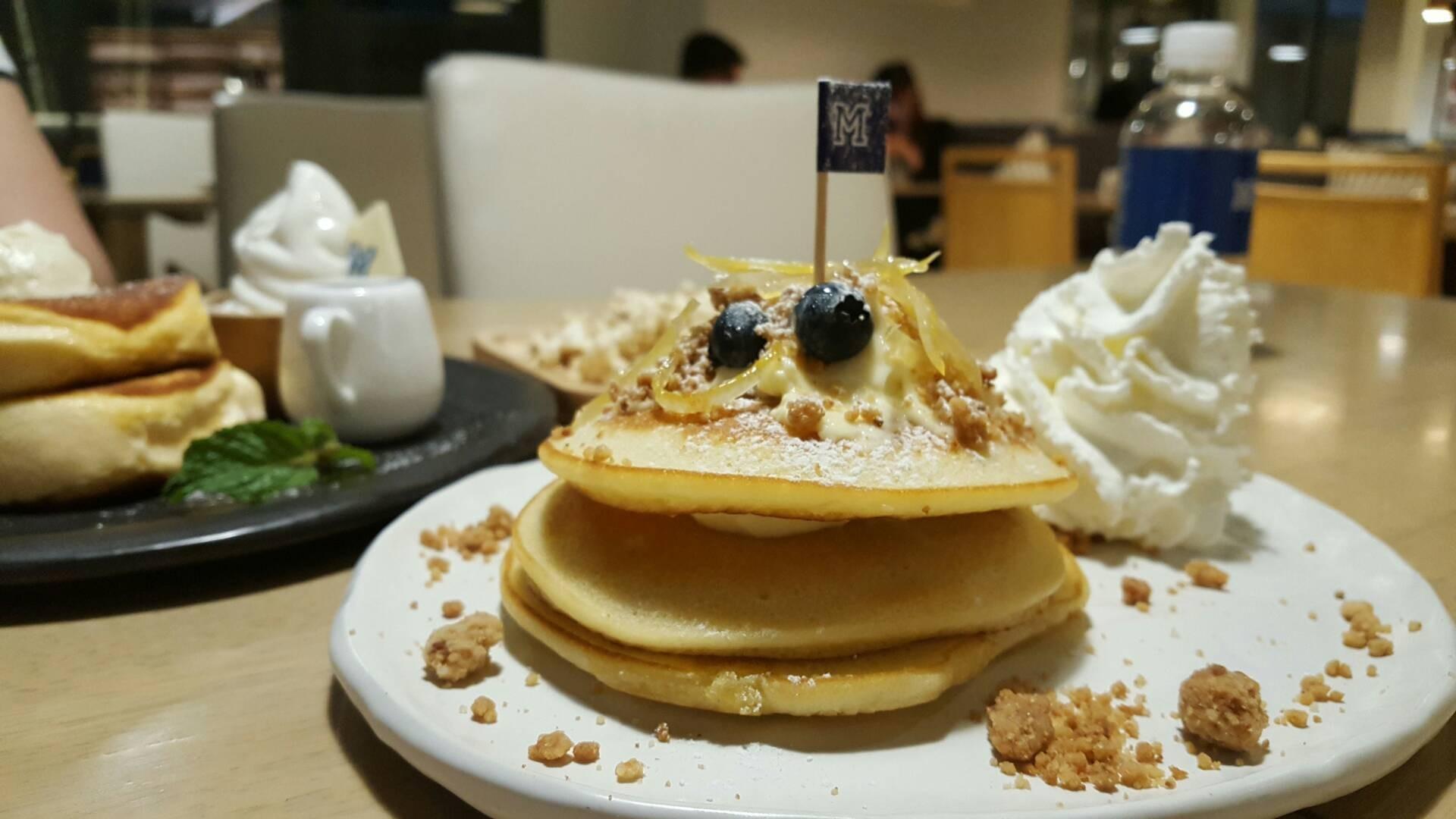 แพนเค้กครีมเลมอน เป็นแพนเค้ก ทาด้วยครีมชีสรสเลมอน มีครัมเบิ้ลกรอบกับผิวเลมอนเชื่