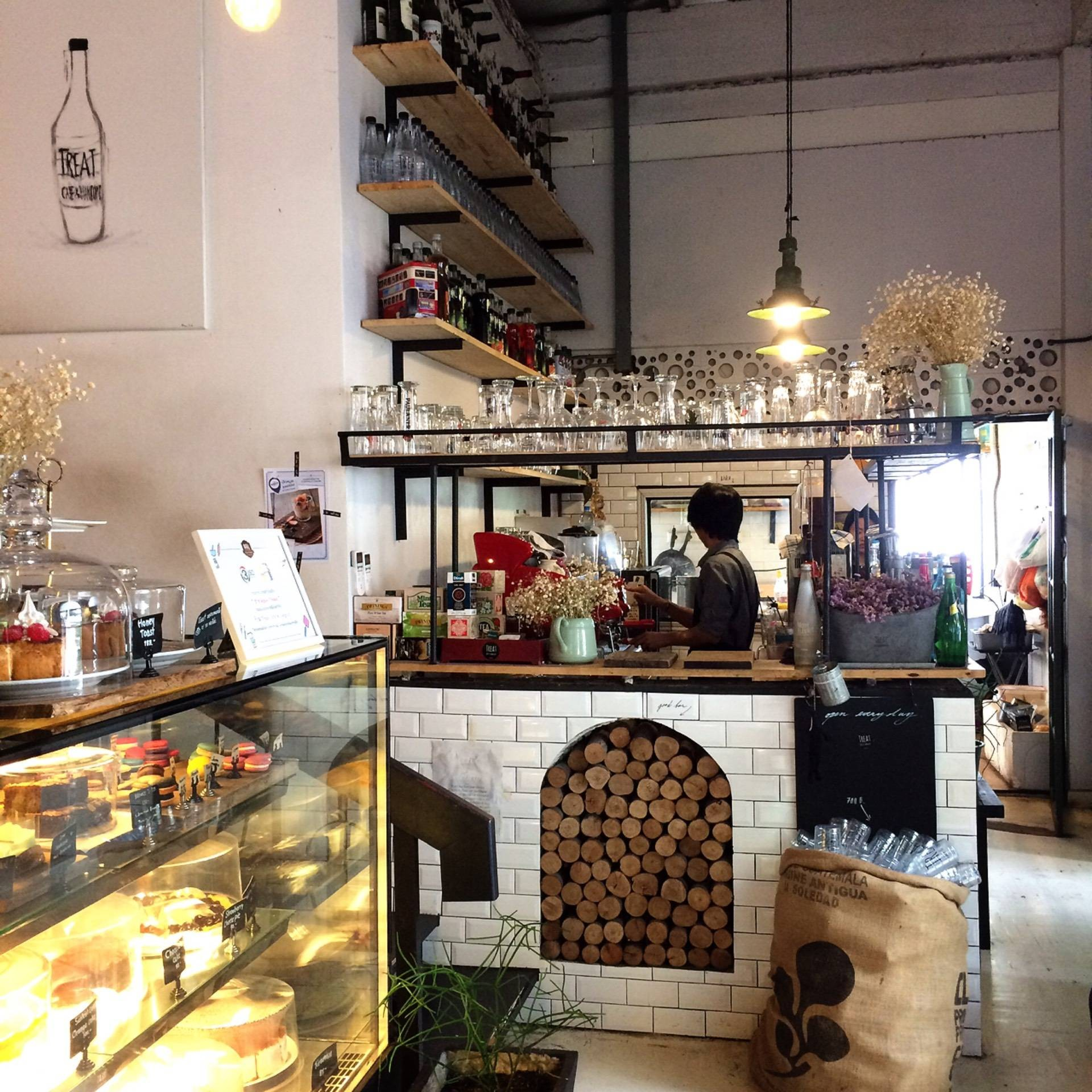 Treat Cafe & Hang Out เสนา