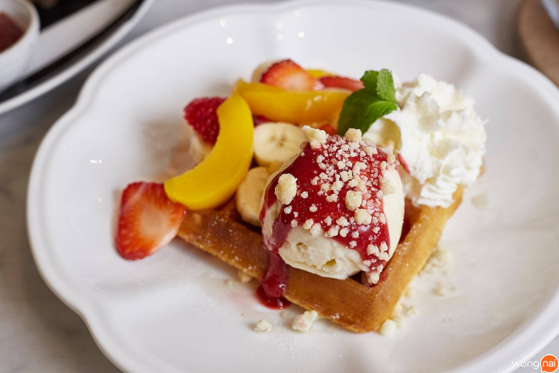 Fruity Waffle ของร้าน On the Table, Tokyo Cafe