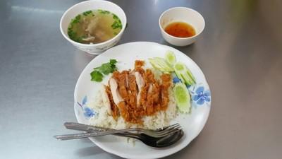 ข้าวมันไก่ เจ๊อ้วน (Jae Auan Steem Rice With Chicken Soup)