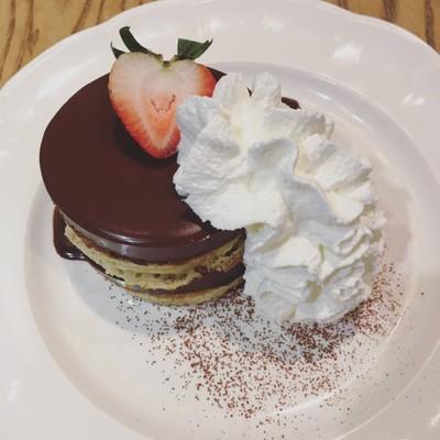 ช็อคโกแลตมูสกับแพนเค้กหอมหวาน ตัดกับสตอเบอร์รี่ อะไรมันจะลงตัวขนาดนั้น ฟินเลย