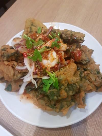 ยำผักบุ้งกรอบกุ้งสด • เมนูนี้เป็นเมนู Best seller ของร้านอีกเมนูนึงเลยค่า น้ำยำเค้าอร่อยจริงๆ อร่อยเหา ที่ ร้านอาหาร Yum Saap เดอะมอลล์ บางกะปิ