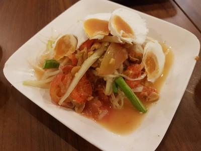 ตำไทยไข่เค็ม • ☆☆☆☆สไลด์ไข่เค็มบางๆทานง่ายไม่มีเหลือ รสหวานเค็มกำลังสมดุลย์ ที่ ร้านอาหาร ส้มตำนัว สยามสแควร์ซอย 5