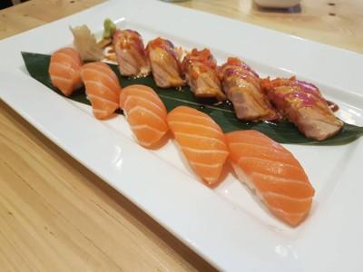 Salmon Set • ☆☆☆☆158+168 เนื้อนิ่มๆหน่อย แต่อร่อยดี ราคาโอเค at Suzuran Sushi