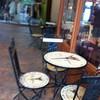 หน้าร้านมีโต๊ะเล็ก ๆ ไว้นั่งรอ .. หรือถ้าอากาศดีจะนั่งหน้าร้านก็ไม่ผิดกฎจ้า