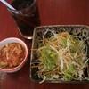 สลัดแบบญี่ปุ่นๆกับกิมจิและน้ำโค้ก