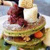 แพนเค้กชาเขียวเนื้อนุ่มหนุบกับมาชเมลโลย่างและถั่วแดง
