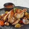 ไก่ทั้งตัวอบกับมันฝรั่งบดเกรวี่และผักรวมผัดเนย