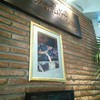 ชื่อร้านและโลโก้เป็นลายพระหัตถ์ของสมเด็จพระเทพรัตนราชสุดา สยามบรมราชกุมารีฯ